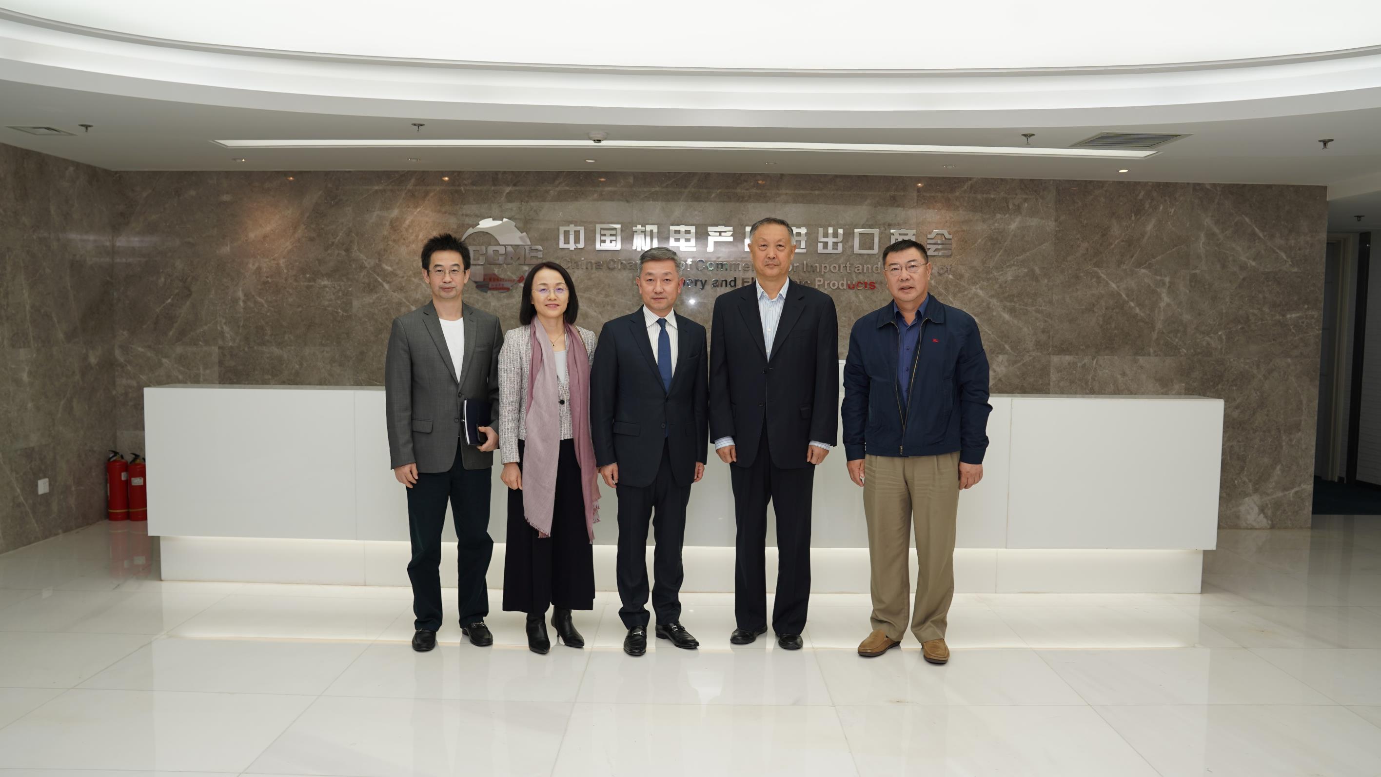 中国驻纳米比亚特命全权大使张益明一行到访商会